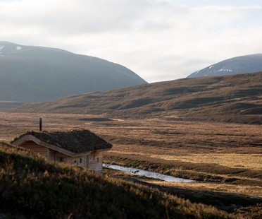 Moxon Architects una cabaña moderna en las Highlands escocesas