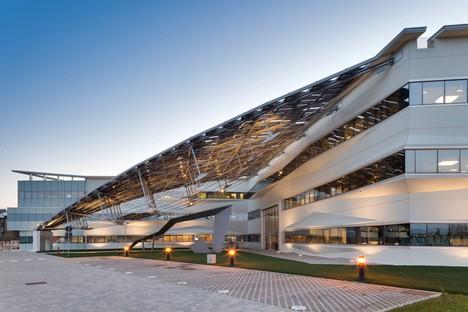 Pierattelli Architetture Sede de Arval una flecha fotovoltaica en Scandicci