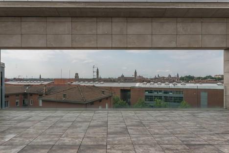 Nuevo Polo Pediátrico Territorial de Parma juegos matéricos y cromáticos con revestimientos cerámicos