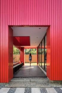 Felipe Assadi Arquitectos proyecta La Roja, una casa roja en las montañas de Chile
