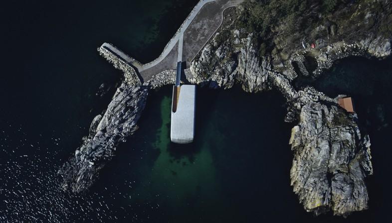 Under el restaurante bajo el mar de Snøhetta