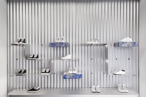 Piuarch firma una innovadora tienda de zapatillas de deporte en Milán