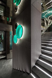Maurizio Lai instalaciones luminosas y geometrías para un restaurante