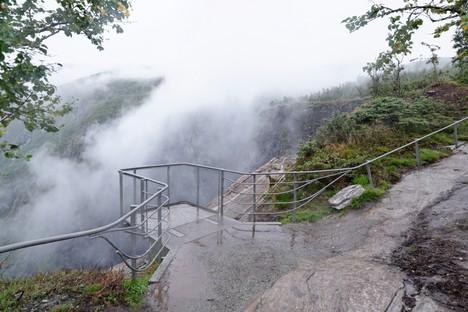 Carl-Viggo Hølmebakk puente peatonal sobre la cascada Vøringsfossen Noruega