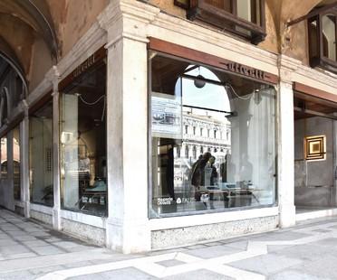 Daniele Lauria es el comisario de Together, en Venecia, en la tienda Olivetti de Carlo Scarpa