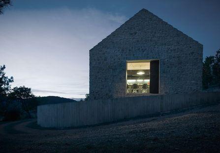 Compact Karst House, Dekleva Gregorič repiensa la casa rural cárstica