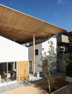 y+M design office y la Floating Roof House en Kobe
