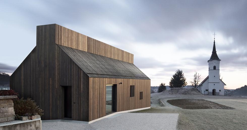 Dekleva Gregoric Architects: Casa con camino a Logatec, Slovenia