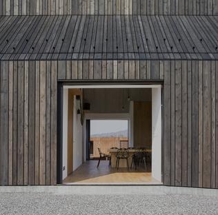 Dekleva Gregoric Architects: Casa Chimenea en Logatec, Eslovenia