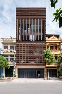 "H&P Architects: casa-tubo y ""caverna tropical"" en Vietnam"