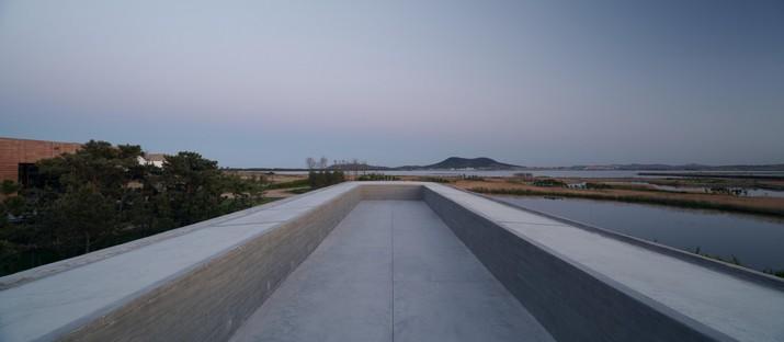 TAO: Belvedere con torre en el lago de los Cisnes de Rongcheng, China