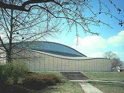 Arata Isozaki: pabellón de exposiciones para el arte y la tecnología japoneses