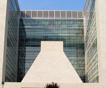 Gregotti Associati. Centro de Direcci&oacute;n de la Banca Lombarda.<br /> Brescia, Italia. 2004