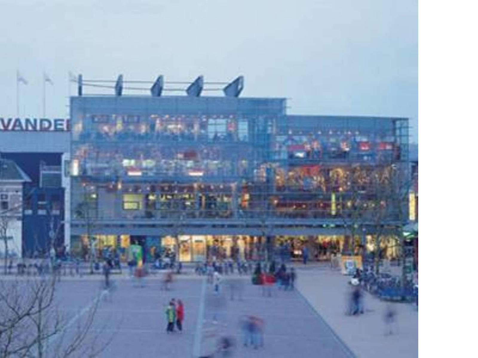 Ampliación centro comercial de Assen, Holanda. Herman Hertzberger