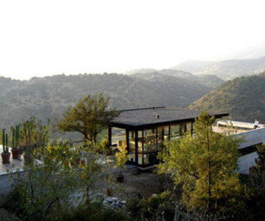 Casa Camino a Farellones<br /> Max N&uacute;&ntilde;ez, Bernardo Vald&eacute;s con Nicol&aacute;s del R&iacute;o, Santiago, 2006