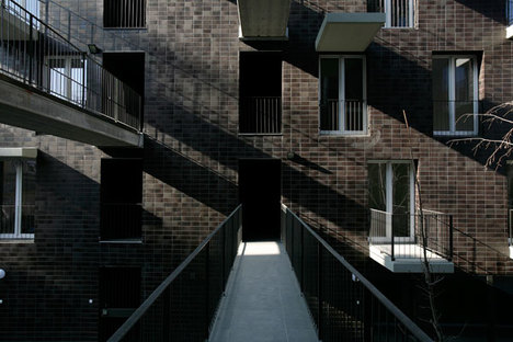 Balcones corridos entre una fachada y la otra