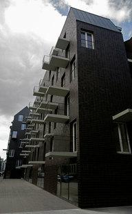 El perfil del edificio con balcones y marquesinas