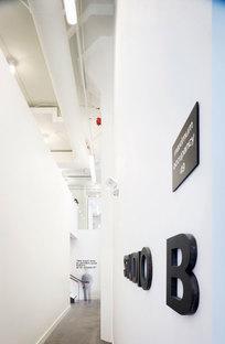 Scorcio su un corridoio al piano terra con segnaletica in rilievo