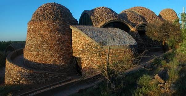 Le cupole rivestite di pietre locali