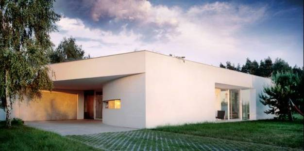 La casa es un monolito revocado blanco