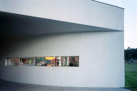 La ventana horizontal de la fachada de entrada