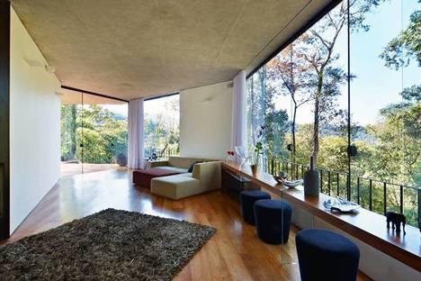 Sala de estar con techo de cemento a la vista