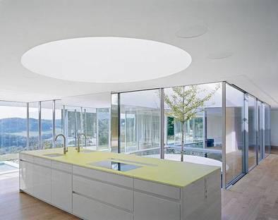 La cucina affacciata sulla piscina interna