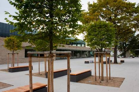 La piazza tra la scuola e la Schillerhalle