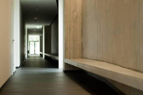 Corridoio con sedute ricavate dalle pareti in cemento