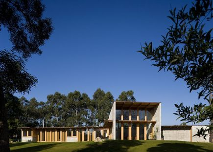 Castanheira: una casa de cemento y madera