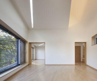 Joho Architecture: casa con tejado curvo en Corea