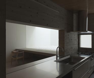 Tsukano architects: casa sin aberturas al exterior en Japón