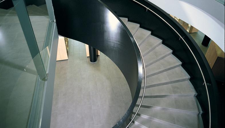 Escaleras de gres porcel nico soluciones para los for Soluciones para escaleras