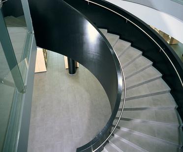 Escaleras de gres porcelánico: soluciones para los espacios residenciales<br />