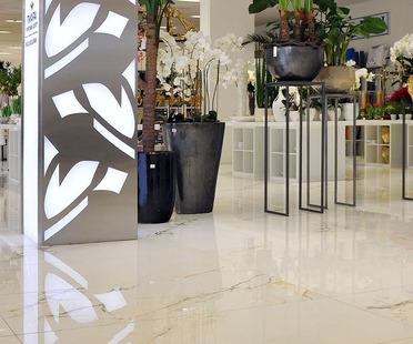 Suelos de gres porcelánico efecto mármol FMG para centros comerciales