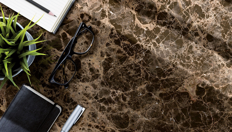 Nuevos mármoles claros y oscuros Ultra Ariostea para espacios elegantes y luminosos