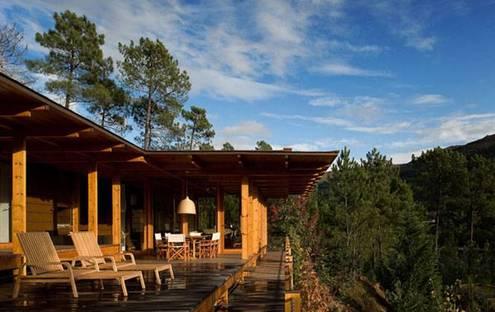 Casa de madera en la reserva de Gerês (P). Carlos Castanheira + Clara Bastai