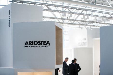 Exponer los revestimientos cerámicos. Los maxi formatos de Ariostea