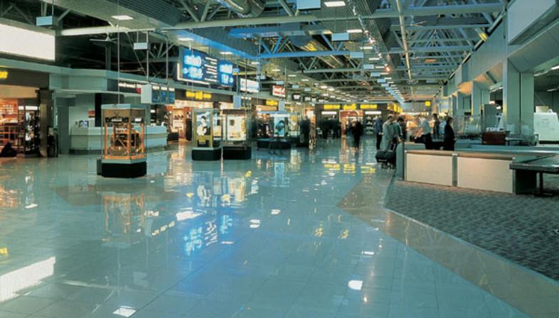 Aeropuertos y estaciones, edificios públicos con suelos de gres porcelánico.