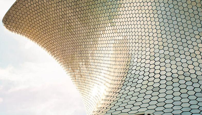 Facciata curva con esagoni di alluminio – Museo Soumaya a Mexico City