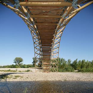 El hermano pequeño del Pont du Gard es un puente realizado con tubos de cartón ideado por Shigeru Ban