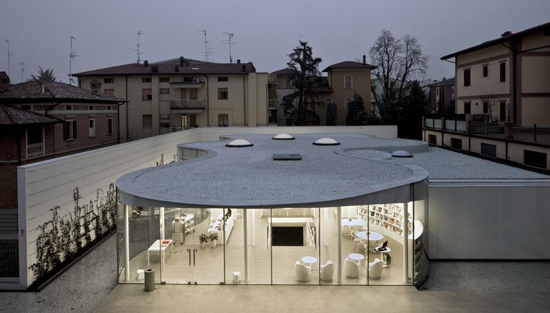 Doble acristalamiento curvado en caliente para la Biblioteca de Maranello según el proyecto de Andrea Maffei Associati