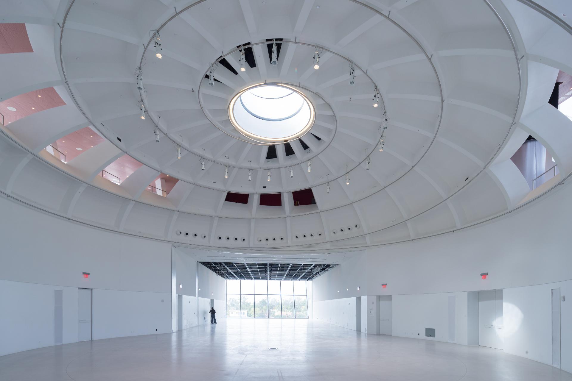 Fachada con arcos de catenaria en el Faena Forum de OMA