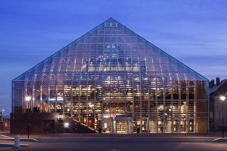 La montaña de libros piramidal de MVRDV en cristal y madera laminada