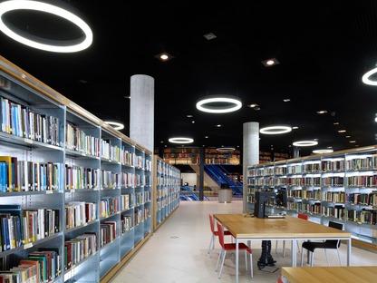 Fachada de círculos de acero de la biblioteca de Birmingham, por Mecanoo