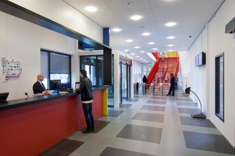 Una fachada con paneles prefabricados y de colores para el ROC, por LIAG Architects