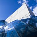 Hormigón y una bola de vidrio y acero para el Museo Dalí de HOK en St. Petersburg, Florida