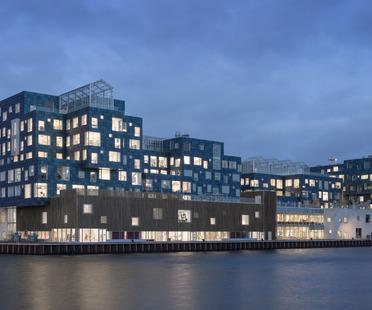 International School de Copenhague con fachada de paneles solares realizada por C.F. Møller Architects