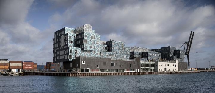 International School de Copenhague con fachada de paneles solares realizada por C.F. Møller Architects