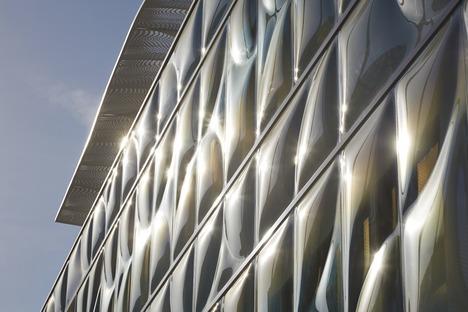 La nueva fachada de vidrio moldeado del Gores Group HQ en California de Belzberg Architects